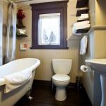 Guest House Main Bathroom with Claw Foot Tub / Salle de bain de la Maison d'hôtes avec bain sur pattes