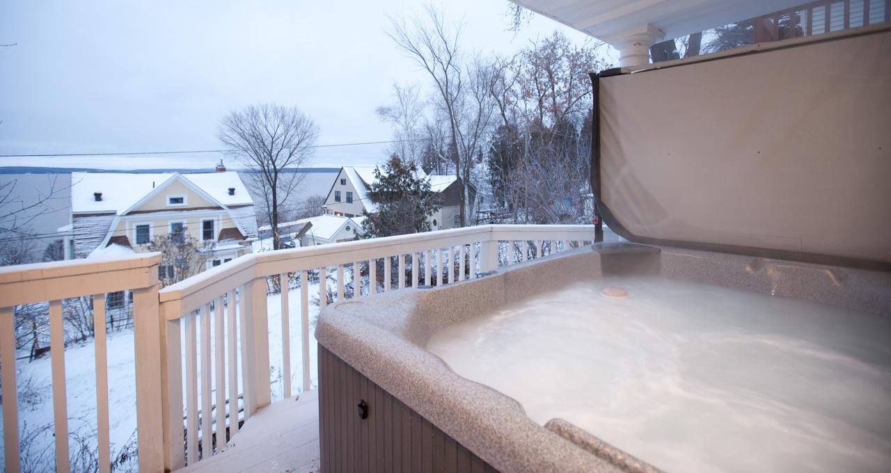 Exterior spa at the Guest House with a great vie of Lake Temiskaming / Spa extérieur de la Maison d'hôtes des Suites des Présidents.