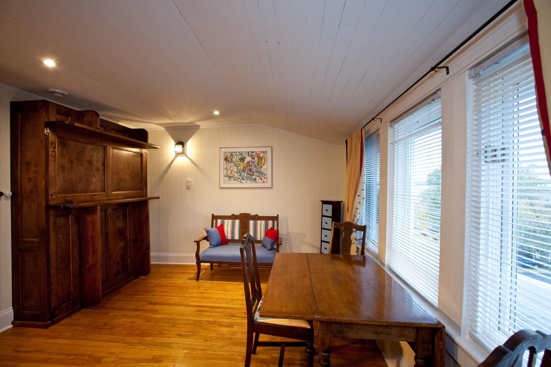 2nd floor nook area of the Lumber Baron's House - can be converted to a bedroom by lowering Murphy bed / Le coin dînette du 2e étage de la Maison des barons forestiers pouvant être convertie en chambres avec le lit escamotable.