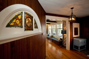 Original stain glass and woodwork which inspired the colours in the Lumber Baron's house. / Vitraux originaux qui ont inspirés les couleurs de la Maison des Barons forestiers.