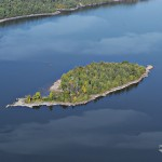 Aerial view of Farr Island on lake Temiskaming. Owned by the Presidents' Suites in Haileybury / vue aérienne de l'île Farr. L'île est appartenue par les Suites des Présidents à Temiskaming Shores