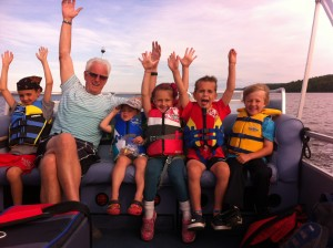 Family on pontoon on their way to Farr Island. The island is a day destination for the Presidents' Suites clients and ideal for family holidays, couples getaways, solo travel. / Une famille en route vers l'île Farr. L'île est une destination de jour pour les clients des Suites des Présidents.