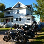Motorcycle group at the Prospeoctor's House in Haileybury during their Biker's Reunion stay. / Groupe de moto à la Maison des Propsecteurs pendant la Biker's Reunion.