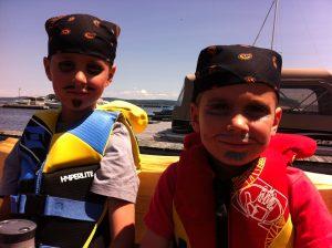 Pirates ready for the Presidents' Suites treasure hunt on Farr Island / Pirates prêt pour la chasse aux trésors des Suites des Présidents