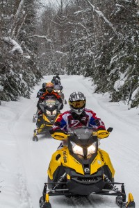 Snowmobile group enjoying the trails of the Temiskaming region. / Groupe de motoneigistes profitant des sentiers de la région du Témiskaming.