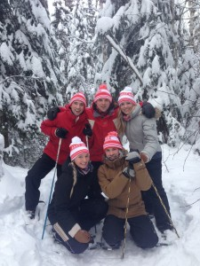 Family snowshoeing during a stay at the Presidents' Suites in Haileybury. / Famille en raquette pendant un séjour aux Suites des Présidents.