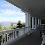 The Villa's front veranda is really part of the attraction of this historical home with its great views on lake Temiskaming. Great place to have your breakfast and tables can even be set up for a dinner with family or friends. / La véranda avant de la Villa est une partie importante de l'attrait de cette maison historique avec sa vue magnifique sur le lac Témiskaming. Super endroit pour prendre votre petit-déjeuner, des tables peuvent même être mises en place pour un dîner en famille ou entre amis.