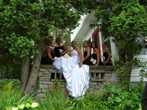 Destination wedding picture in the garden at the Presidents' Suites Villa in Haileybury / photo de mariage dans les jardins aux Suites des Présidents à Temiskaming Shores