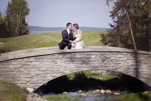 Another great wedding picture location on the bridge at the Haileybury golf course / un autre endroit pour photo de mariage sur le pont au club de golf de Haileybury