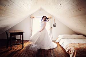 Enjoying my wedding dress at the Presidents' Suites Prospectors house in Haileybury - un moment pour profiter de ma robe de mariage à la maison des Prospecteurs des Suites des Présidents à Temiskaming Shores