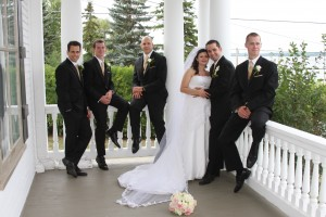 Wedding picture on the Presidents' Suites Villa's front veranda with view of lake Temismaing in Haileybury - photo de mariage sur la véranda de la ville des Suites des Présidents à temiskaming Shores