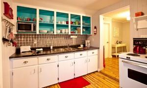 Kitchen area of Little Crooked house with eclectic design / cuisine de la Petite maison croche avec design éclectique