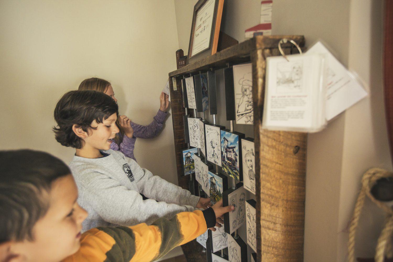 Children playing the Memory Game at the Prospector's House / Enfants avec le jeu de mémoire à la maison des prospecteurs