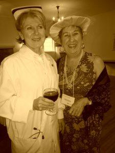Nurse Annie Saunders with a rich friend at the historical evening / L'infirmière Annie Saunders et une riche amie à la soirée historique