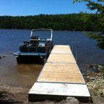 Dock at Farr Island with pontoon. The dock is located on the west side of the island. / Quai à l'île Farr avec ponton. Le quai est situé sur le côté ouest de l'île.
