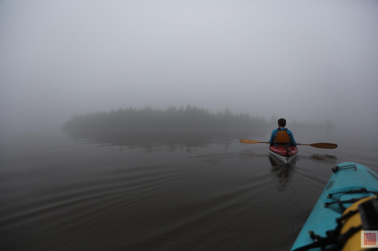 Kayaking to Farr Island on a foggy morning / En kayak vers l'île Farr par un matin brumeux