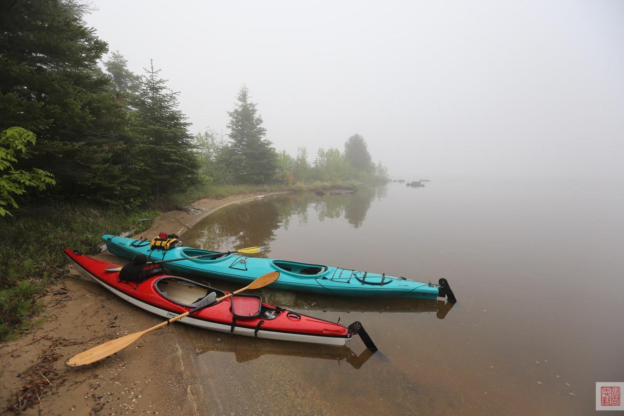 Kayaks at Farr Island on a Foggy Morning / kayaks à l'île Farr par un matin brumeux sur le lac Temiskaming
