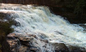 Une chute au parc Pete's Dam près de Temiskaming Shores. Un endroit idéal pour une randonnée en famille ou un piquenique.