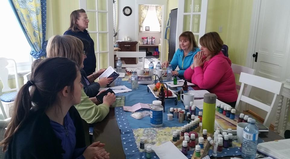 Wellness retreat, essential oils session organized by Bridging the Gap to a Newer You held at the Lumber Baron's House / Session sur les huiles essentiels lors d'une retraite santé à la Maison des barons forestiers