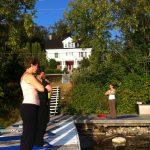 Yoga and meditation on the private dock at the Presidents' Suites in Haileybury. / Yoga et méditation sur le quai privé des Suites des Présidents à Temiskaming Shores
