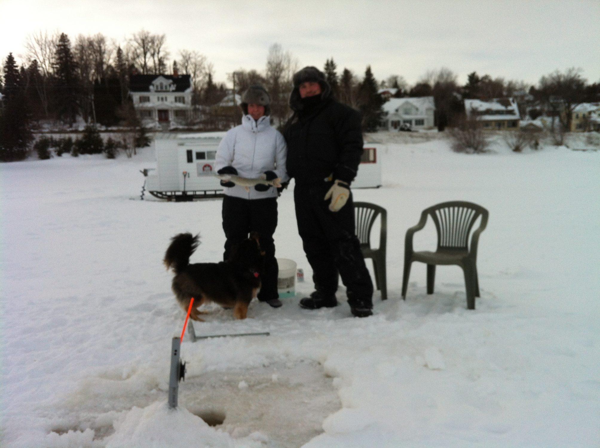Pêche sur glace en face de la Villa des Suites des Présidents sur le lac Témiscamingue