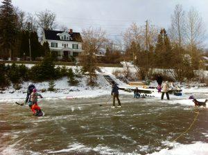 Une famille qui s'amuse sur la patinoire en face de la Villa des Suites des Présidents