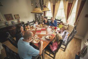 Repas en famille à la maison des prospecteurs des Suites des Présidents