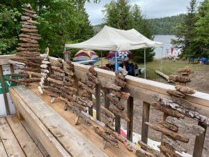Activité de sculpture de bois de grève pendant votre vacances de glamping