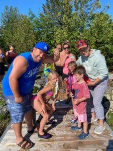 La pêche en famille pendant votre séjour de glamping