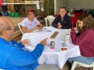 Jouer aux cartes pendant votre séjour de glamping