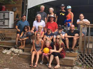 Famille en vacances de glamping à l'île Farr
