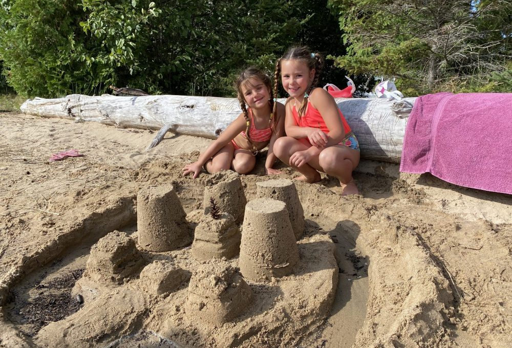 Châteaux de sable des enfants à l'île Farr