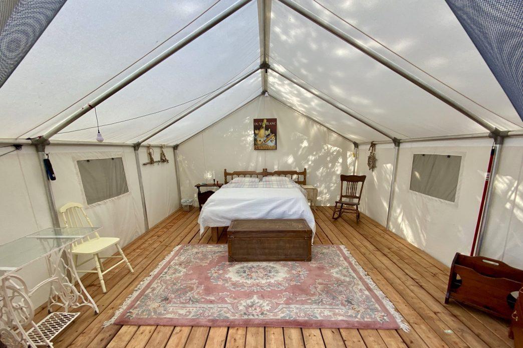 Intérieur des tentes des prospecteurs à l'île Farr