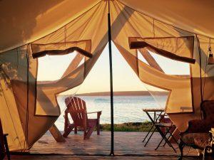 Lever de soleil à lintérieur dune tente de propsecteur de lîle Farr